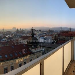 Pre milovníkov centra mesta a nádherných výhľadov na historické centrum s nádychom romantiky ponúkame na prenájom krásny zrekonštruovaný 4 izb. byt v ...