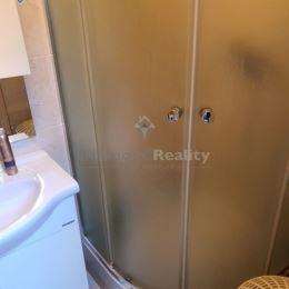 Ponúkame na prenájom apartmán nachádzajúci sa v centre Nitry na pešej zóne. Dispozičné riešenie: vstupná chodba, kuchyňa s jedálenskou časťou, ...