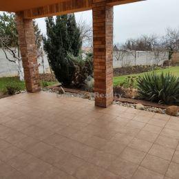 Ponúkame na prenájom 1 izbový byt nachádzajúci v Nitre na Zobori, v rodinnom dome. Dispozičné riešenie: vstupná chodba, spálňa, kuchyňa a kúpeľňa ...