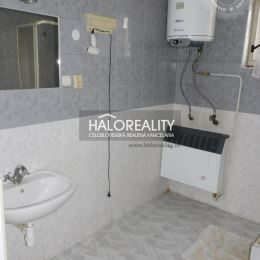 Ponúkame na predaj štvorizbový rodinný dom v obci Jacovce, okres Topoľčany. RD, sa nachádza na rovinatom, slnečnom pozemku o ploche1192 m². Zadná ...