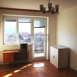 Ponúkame na predaj veľký, priestranný byt v novo zrekonštruovanej a zateplenej tehlovej šesťbytovke situovanej v okrajovej časti mesta Žarnovica.Byt ...