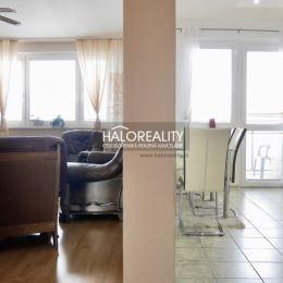 Ponúkame na predaj trojizbový byt s výmerou 77 m² s lodžiou 3 m² v okresnom meste Dunajská Streda.Dispozícia bytu: vstupná chodba, 2 izby, obývacia ...