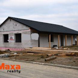 """Maxa reality ponúka na predaj RODINNÝ DOM v stave """"hrubá stavba.""""Nachádza sa v novovybudovanej lokalite IBV Topoľová, na okraji mesta Senica, smer ..."""