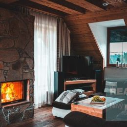 Exkluzívne u nás. Ponúkame na predaj exkluzívny strešný apartmán v Tatranskej Lomnici.