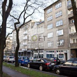 Ponúkame na predaj veľký 2-izbový byt vo vyhľadávanej lokalite na Blumentálskej ulici v staršom tehlovom dome s 20-ročnou nadstavbou v blízkosti ...