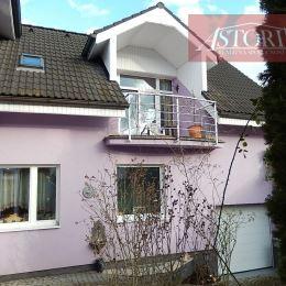 ASTORIA Vám ponúka na predaj trojpodlažný rodinný dom v Martine na Stráňach. Zastavaná plocha 159 m2, úžitková plocha 320 m2, postavený na pozemku s ...