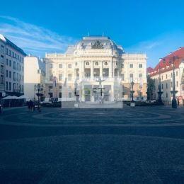 Ponúkame Vám na prenájom kancelárske priestory Bratislava-Staré Mesto, Hviezdoslavovo námestie.Tento priestor sa nachádza v historickej budove. ...