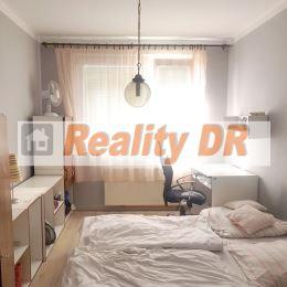 3 izbový byt o rozlohe 70 m² sa nachádza v zateplenom panelovom bytovom dome v Priekope, na Dulovej ulici. Byt je na 7.poschodí, slnečný, orientovaný ...
