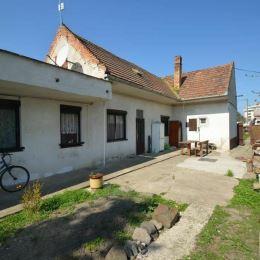 V zastúpení majiteľa ponúkame na predaj stavebný pozemok s výmerou takmer 900 m2, na ktorom je postavený starší rodinný dom zo 60-tych rokov. Dom je ...
