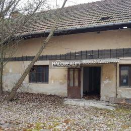 Ponúkame na predaj starý dom v obci Oslany, ktorý je postavený na rovinatom pozemku o rozlohe 2732 m². Nachádza sa priamo na námestí obce. Zastavaná ...