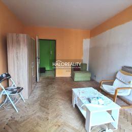 Ponúkame na predaj dvojizbový byt o výmere 64m² v centre mesta Hnúšťa. Byt sa nachádza na štyroch poschodí. Bytový dom je zateplený. V byte sú ...