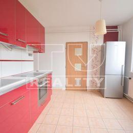 TUreality Vám ponúkajú na predaj pekný a čiastočne prerobený 3-izbový byt so záhradou a garážou v tichej časti mesta Topoľčany-Mravenisko. VÝHODY ...