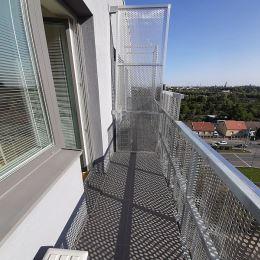 Prenájom 2i apartmánu s balkónom v novozrekonštruovanej budove na Račianskej ulici o výmere 34 m2.Dispozícia: vstup, kúpelňa so sprch. kútom a WC, ...