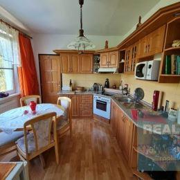 REZERVOVANÝ-Exkluzívne u nás. Ponúkame na predaj krásny 3 izbový byt na sídlisku Rozkvet.
