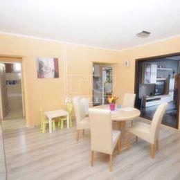 Na predaj krásny 4 izbový byt 86m2 s vlastnou garážou 18m2, zasklenou loggiou 4m2 a murovanou pivnicou 5m2!!! Byt je situovaný na ulici Cukrovarská v ...