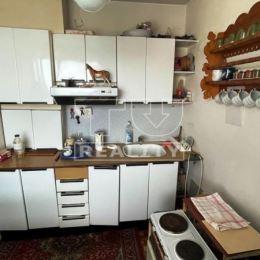 Exkluzívne na predaj 1-izbový byt typu bauring v centre mesta Vrútky. Nehnuteľnosť sa nachádza na 8/8 poschodí v zateplenom bytovom dome s výťahom, ...