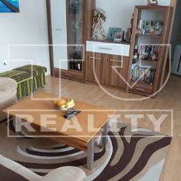 Na predaj rodinný dom na pozemku o celkovej výmere 340m2. V dome sa nachádzajú tri izby, kúpeľňa spojená s WC, kuchyňa a chodba. Kuchynská linka je ...