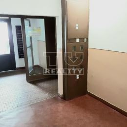 Na predaj 1 izbový byt na 2 poschodí s výťahom. Pekný útulný byt je čistý zachovalý. Kúpeľňa, kuchyňa ako aj toaleta sú v slušnom stave. Panelák je ...