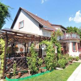 Na predaj 4 izbový rodinný dom s benefitmi v Ivanke pri Nitre, okres Nitra. Rodinný dom bol postavený koncom 70-tych rokoch a má jedno podzemné a dve ...