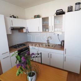 TUreality Vám ponúkajú na predaj pekný, čiastočne prerobený, priestranný 3 izbový byt s balkónom v Nitre na Čajkovského ul. sídliska Klokočina. ...