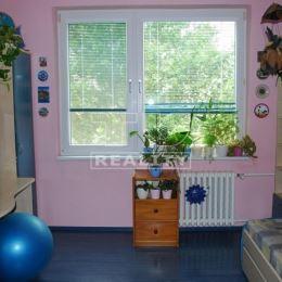 Na predaj slnečný 3 izbový byt o výmere 76 m2 na ul. SNP v Galante. Byt sa nachádza na 3 poschodí s výťahom. Dispozícia bytu: vstupná chodba, detská ...