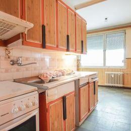 : 3-izbový byt s balkónom blízko stanice v Nových Zámkoch. Byt sa nachádza na 3.poschodí 7 poschodového obytného domu s novým výťahom. Dispozične ...