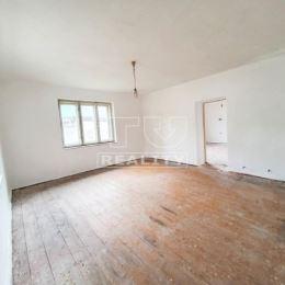 Na predaj jednopodlažný 4 izbový rodinný dom v Brodne, ktoré je vzdialené iba par minút od mesta Žilina. Celková výmere pozemku 344m2. Dom je v ...