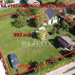 TUreality Vám ponúka NA PREDAJ veľmi dobre situovaný, priestranný pozemok určený územným plánom na výstavbu rodinného domu s podielovou prístupovou ...