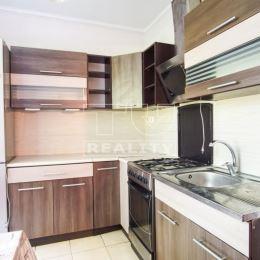 : Na predaj 3-izbový byt blízko stanice v Nových Zámkoch. Byt sa nachádza na vyvýšenom prízemí obytného domu s výťahom. Dispozične pozostáva zo ...