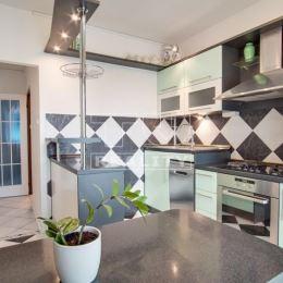 : Na predaj 3-izbový, kompletne prerobený byt s loggiou na sídlisku JUH v Nových Zámkoch. Byt sa nachádza na 2.poschodí obytného domu s výťahom. ...