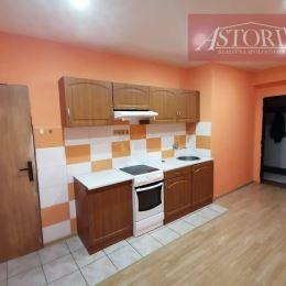 Ponúkame Vám veľký 1-izbový byt (50m2) v Martine (STARÉ ZÁTURČIE - Záturčianska ul.).Orientovaný je na východ. Nachádza sa na 1. poschodí z troch v ...