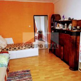 Predáme veľmi pekný svetlý tehlový zariadený 2-izbový byt s balkónom. Situovaný je v tichom prostredí na 1.