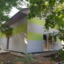 Predáme pred dokončením (interiér) RD - drevostavbu so zastavanou plochou 70 m2 a s úžitkovou plochou cca 110m2 na pozemku 323m2.Riešenie ...