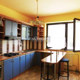 Ponúkame Vám na predaj priestranný trojpodlažný rodinný dom v obci Trhová Hradská.Rodinný dom sa nachádza na slnečnom pozemku o rozlohe 422 m². ...