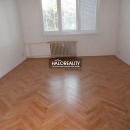 Ponúkame na predaj čiastočne zrekonštruovaný dvojizbový byt v zateplenom bytovom dome v centre mesta Zvolen. Byt s rozlohou 57 m² sa nachádza na 3/3 ...