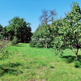 Ponúkame na rovinatý pozemok v obci Báb okr. Nitra. Pozemok sa nachádza v centre obce v tichej slepej uličke. Pozemok má výmeru 918 m², šírka od ...