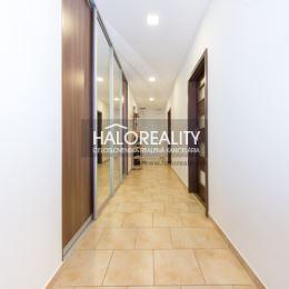 Ponúkame Vám na prenájom priestranný a slnečný trojizbový byt v širšom centre Bratislavy na Krížnej ulici. Celková plocha bytu je 85 m² (byt – 80 m², ...