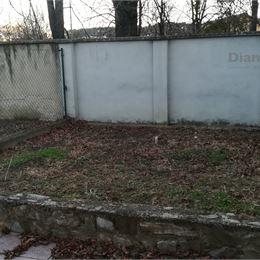 Ponúkame na prenájom priestor v meste Nitra. Priamo pred budovou je autobusová zástavka. Priestor pozostáva z pozemkov a budovy.1. suterén 50m2 , ...