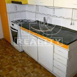 Na predaj 3 izbový byt po čiastočnej rekonštrukcii v centre mesta v bytovom dome s výťahom. Dispozične pozostáva zo vstupnej chodby, kuchyne, ...