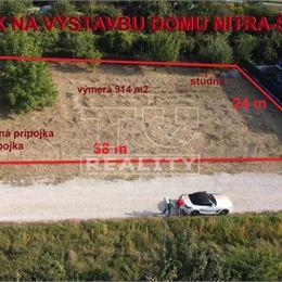 TUreality Vám ponúka NA PREDAJ slnečný a priestranný pozemok určený územným plánom na výstavbu rodinného domu s podielom na prístupovej ceste v Nitre ...