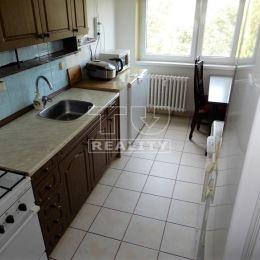 Na predaj priestranný 3-izbový byt v Piešťanoch. POSCHODIE: 3 z 3. ORIENTÁCIA:S,J. DISPOZÍCIA NEHNUTEĽNOSTI: vstupná chodba, kúpeľňa, toaleta, sever- ...
