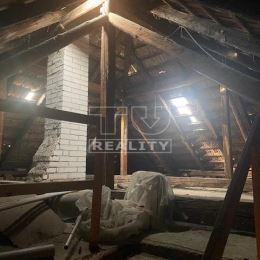 Na predaj 2 izbový čiastočne podpivničený rodinný dom v Žiline, časť Považský Chlmec. Skladá sa z dvoch izieb, kuchyne, samostatného WC, kúpeľne, ...
