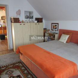 Ponúkame na predaj samostatne stojaci dvojpodlažný rodinný dom vo Veľkom Mederi, okres Dunajská Streda.Tehlový dom, skolaudovaný v roku 1995, má ...