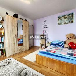 Ponúkame na predaj podkrovný trojizbový byt v Tatranskej Štrbe. Nachádza sa na 5/5 poschodí, 81 m², v osobnom vlastníctve. Byt ako nadstavba bol ...