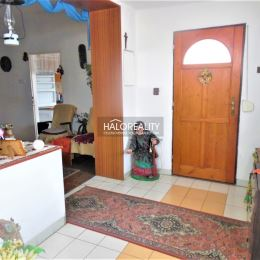Ponúkame Vám na predaj priestranný 3 izbový rodinný dom po čiastočnej rekonštrukcii v tichej lokalite v Nových Zámkoch. Dom z roku cca 1965 a s ...