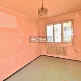 Ponúkame Vám na predaj dispozične dobre riešený trojizbový byt v bytovke pozostávajúcej zo šiestich samostatných bytových jednotiek v obci Podolie, ...