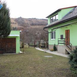 Na predaj rodinný dom, Košice - okolie, Medzev. Dom sa nachádza na pozemku o rozlohe 1700 m2. Dom je dvojpodlažný. Na prízemí je kuchyňa, obývačka, ...
