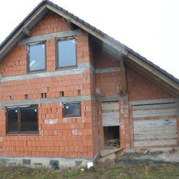 Ponúkame na predaj hrubú stavbu rodinného domu s garážou zakrytú strechou ( škridla ) a osadenú oknami nachádzajúcu sa v novej zástavbe rodinných ...