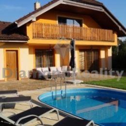So súhlasom majiteľa nehnuteľnosti ponúkame na predaj rodinný dom, obec Petrovany, v osobnom vlastníctve.Táto rodinná vila má úžitkovú plochu 225 m2, ...