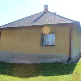 Ponúkame na predaj jednopodlažný dom v obci Chminianske Jakubovany. Pozostáva z troch izieb a jednej miestnosti, kde by bolo možné urobiť WC a ...